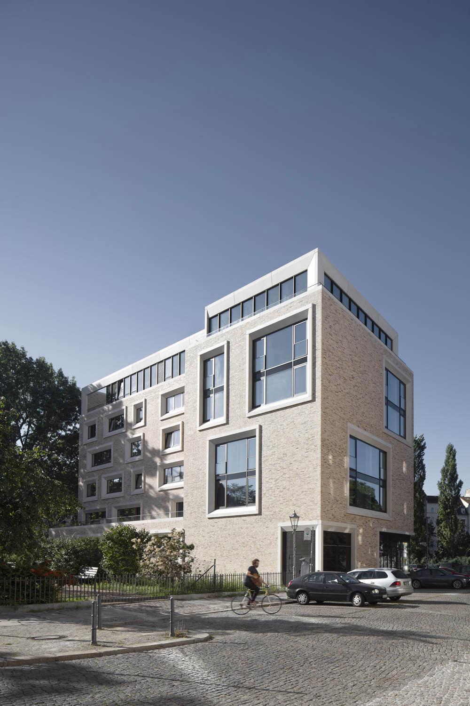 Wide irregular windows emphasize the façade Werner Huthmacher