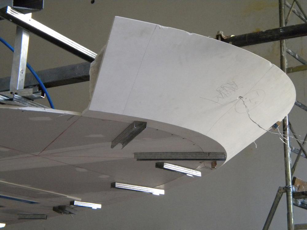 Lo sguscio in gesso della parte della asse maggiore durante il montaggio alla struttura del  cartongesso