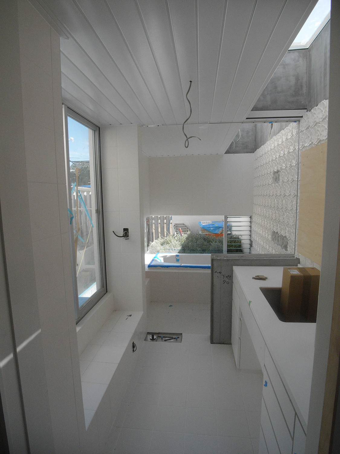 Bathroom wash. Clean space based on white. The wall tiles were designed by the designers.