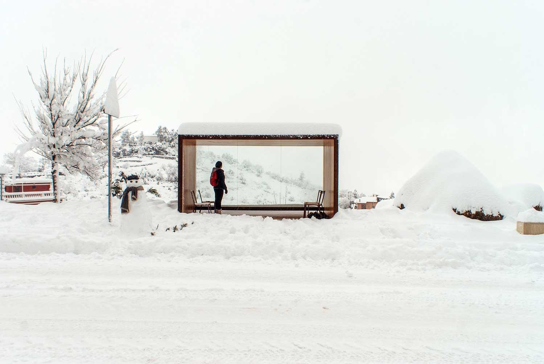 La pensilina è un rifugio che incornicia e valorizza il paesaggio (nevicata di Gennaio 2017)