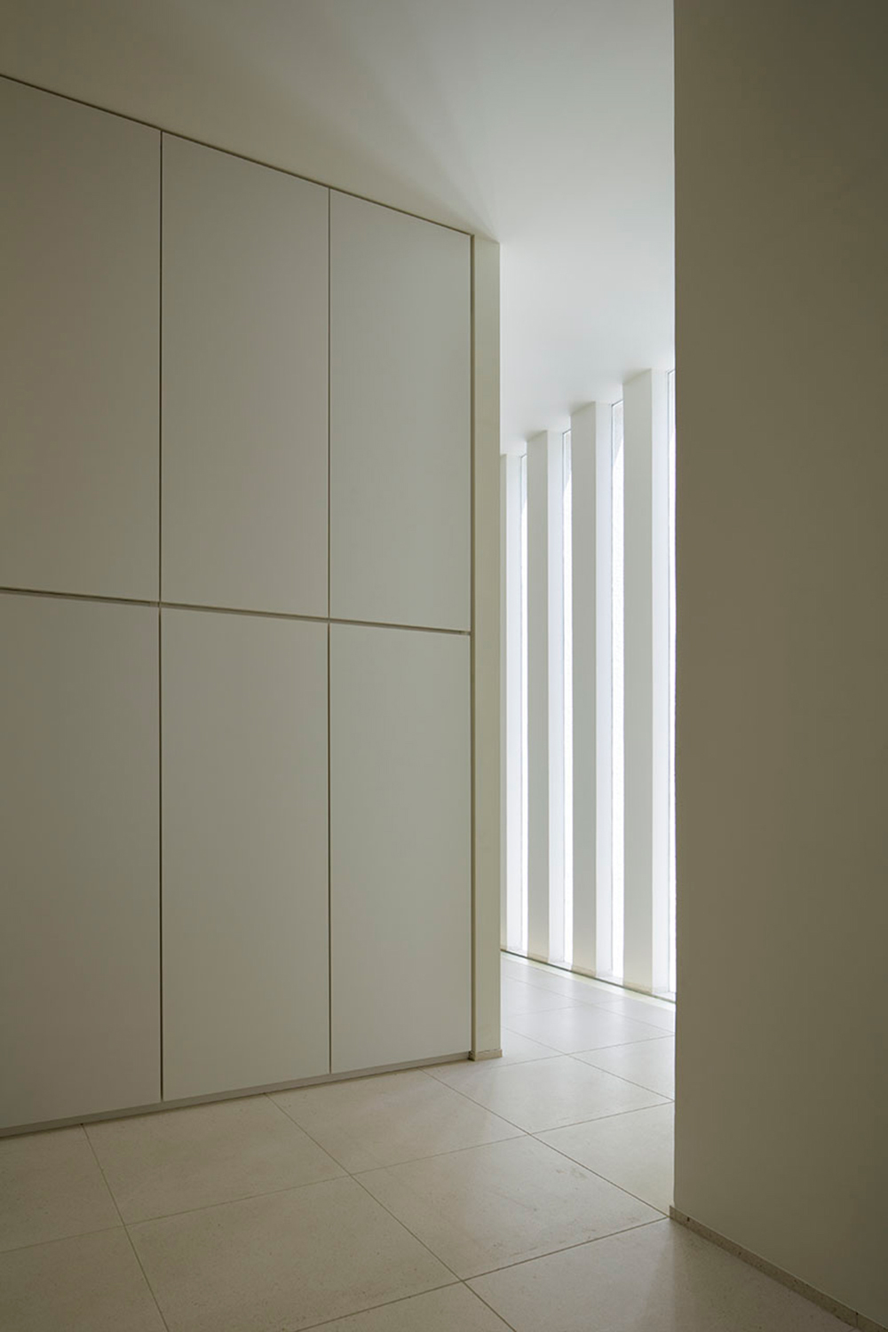 The white wall reflects the light and makes the interior light. }