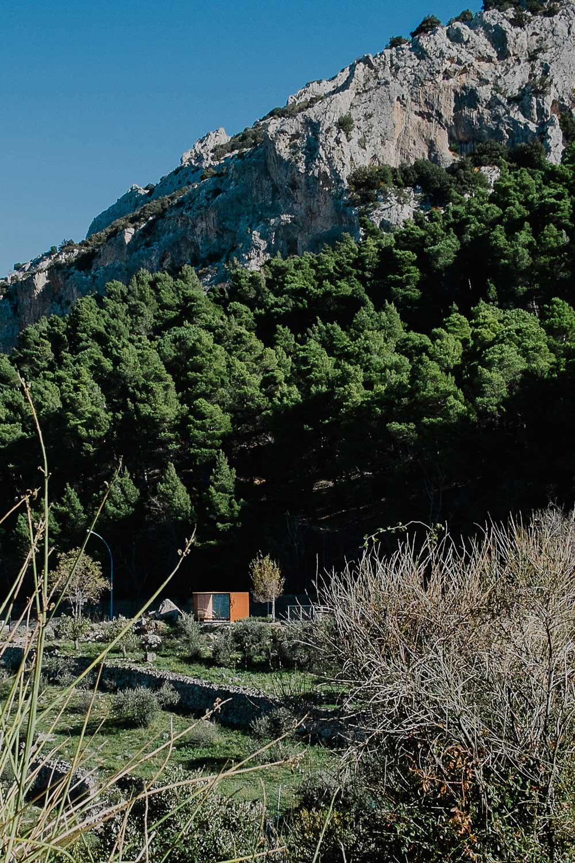 La pensilina vista dal parco urbano del Carmelo
