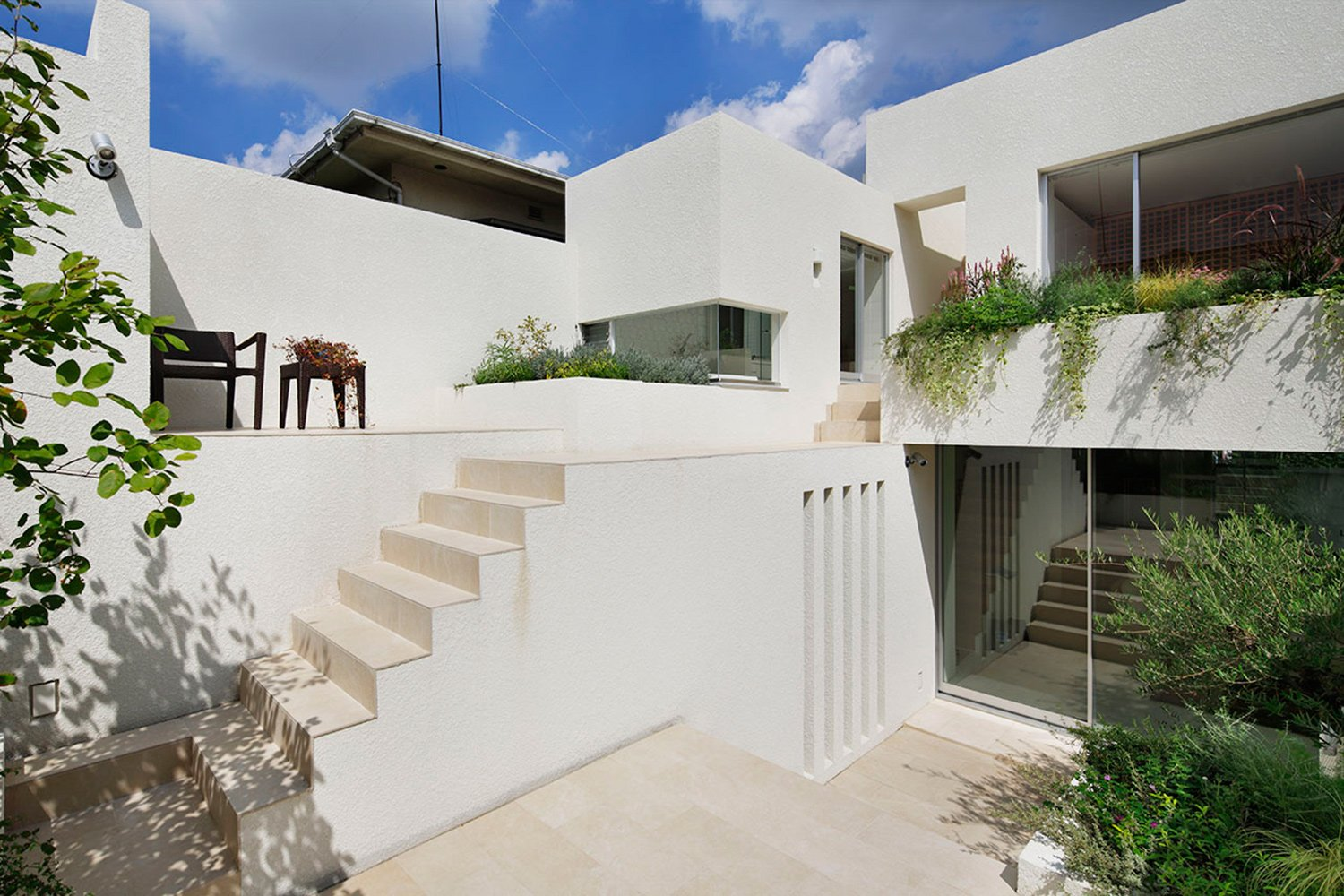 Courtyard. Terrace with a different level from the white outer wall. A rich place like a Mediterranean cliff settlement.You can feel nature wherever you are. }