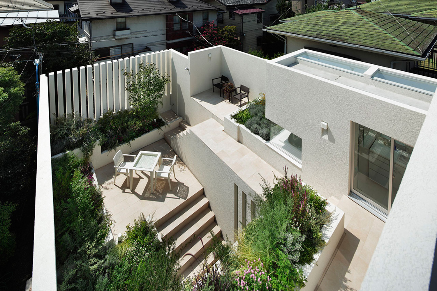 Courtyard. Several gardens of different levels are connected by stairs and continue, making rich space that is rich in variety. }