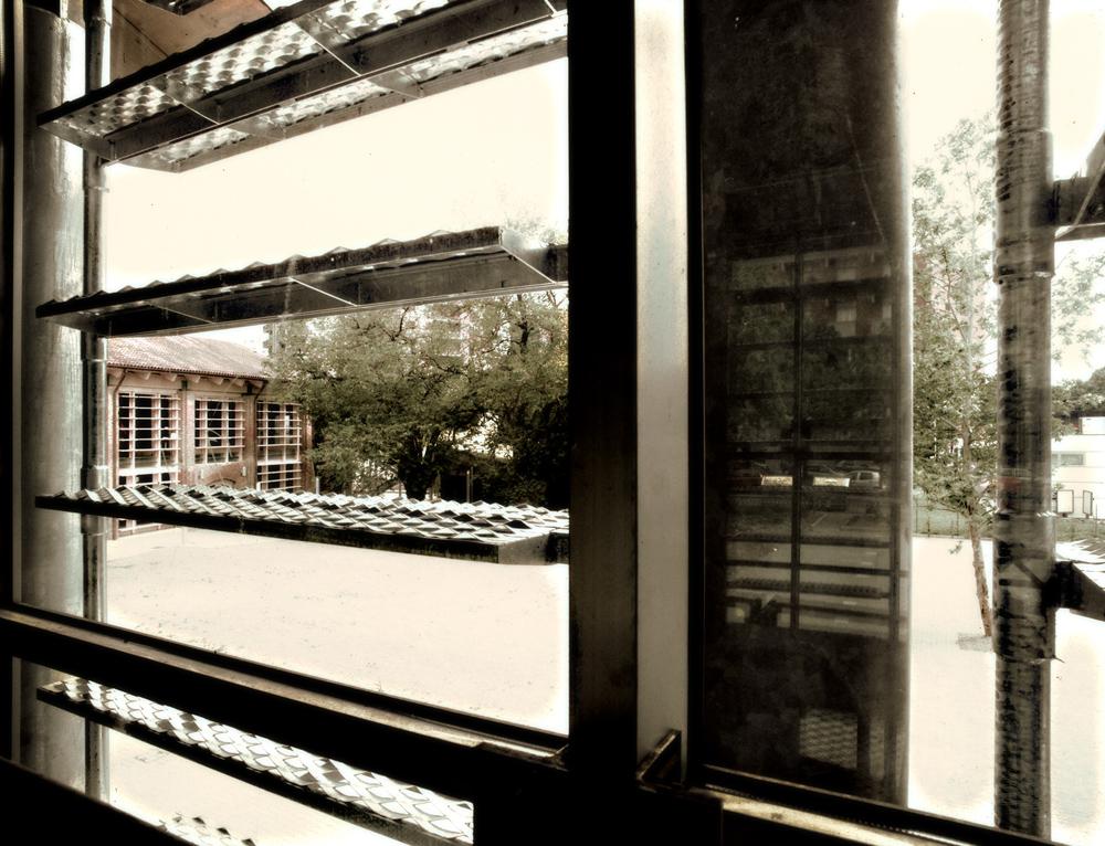 Vista della corte interna attraverso i brise-soleil