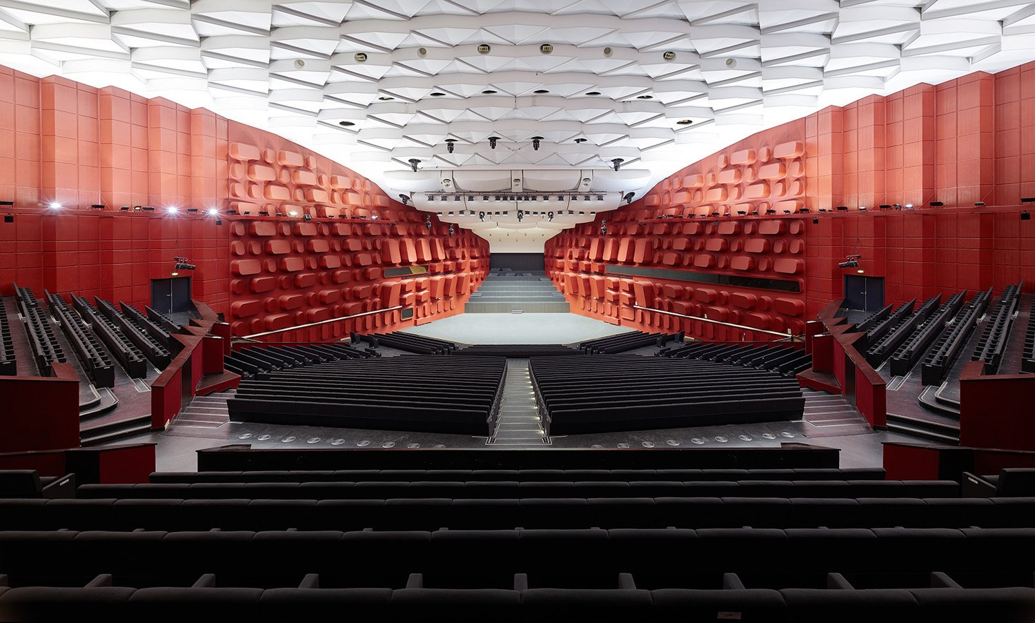 Concert hall Erasme for 1.900 visitors / view from the auditorium