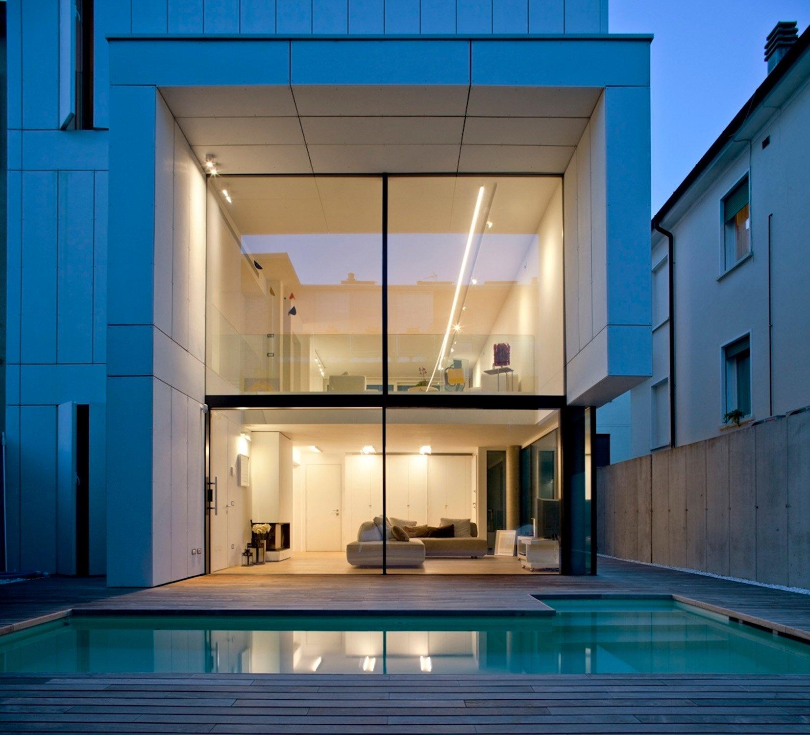 vista interna notturna dalla piscina