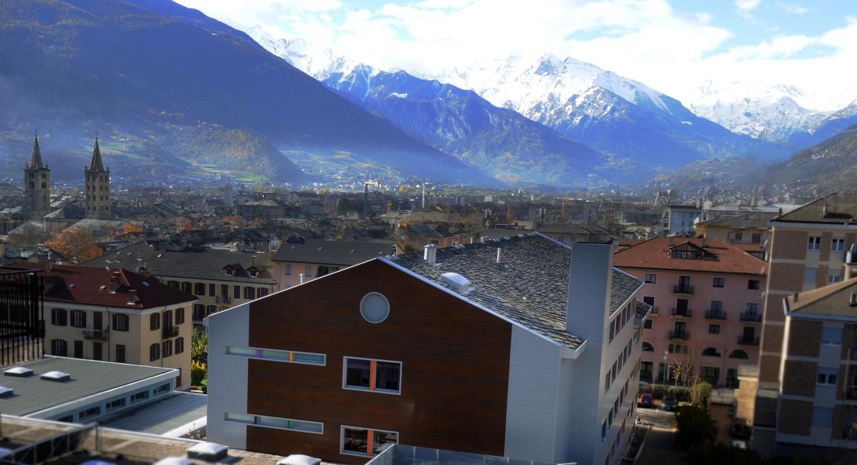 Testata est edificio multipiano verso il Monte Bianco