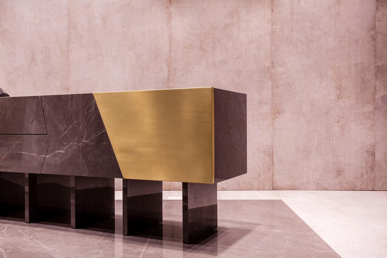 Dettaglio arredi in materiale del brand Maurizio Picci