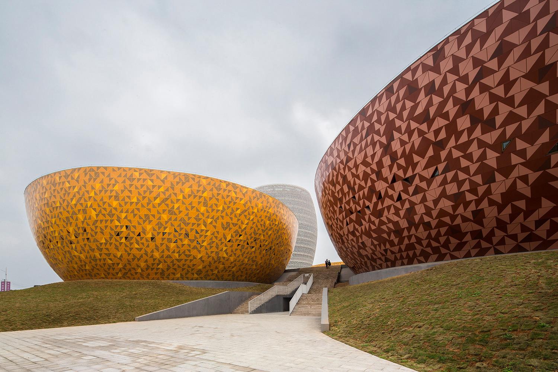 A sinistra il museo della ceramica e a destra uno dei due musei Li Duo