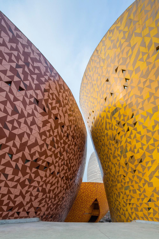 I due musei Li Duo, adiacenti, tendono ad avvicinarsi fino a toccarsi alla sommità.