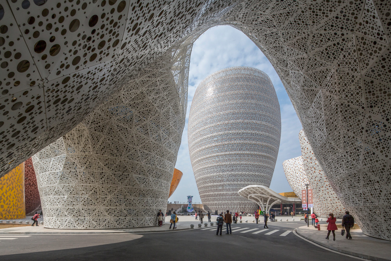 Vista del gate costituito da tre volumi strettamente connessi che si uniscono fisicamente alla sommità in una forma trilobata che ospita il ristorante.
