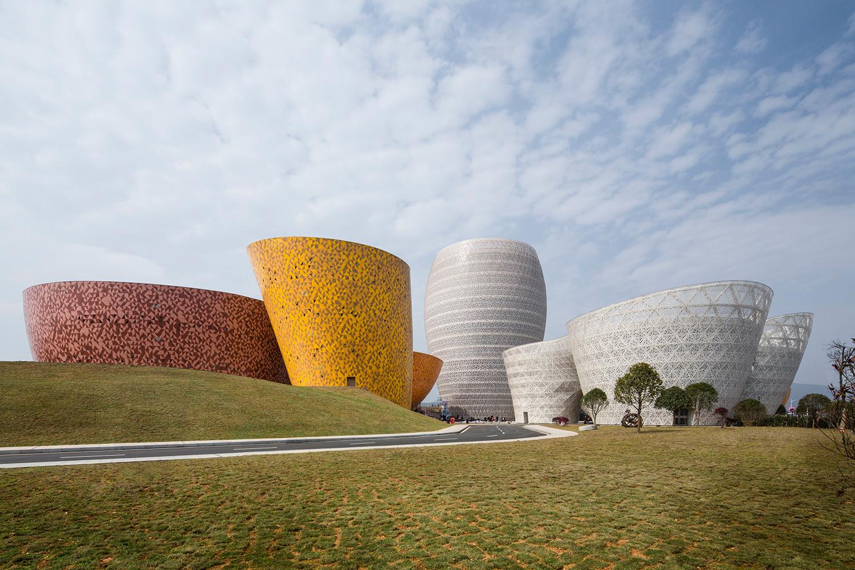 Veduta notturna dei due musei dedicati al generale Li Duo, al centro l'albergo con il museo della Ceramica e a destra il gate.