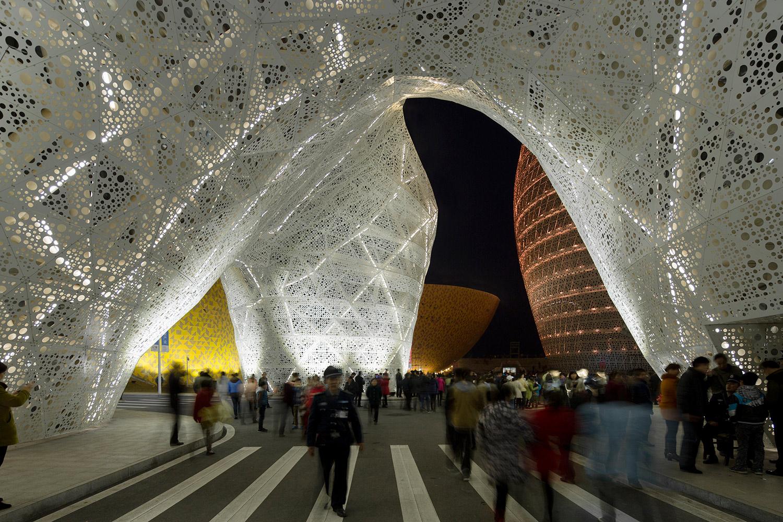 Veduta notturna del gate costituito da tre volumi strettamente connessi che si uniscono fisicamente alla sommità in una forma trilobata che ospita il ristorante.