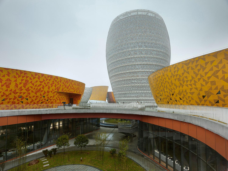 Vista dell'hotel che caratterizza il paesaggio urbano come un grandre landmark