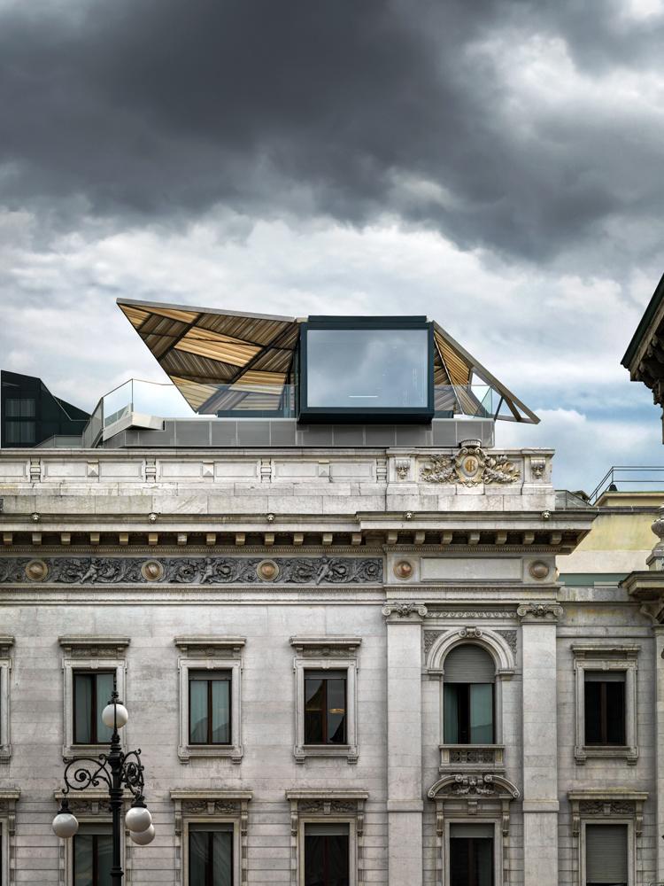 Priceless, vista da Piazza della Scala