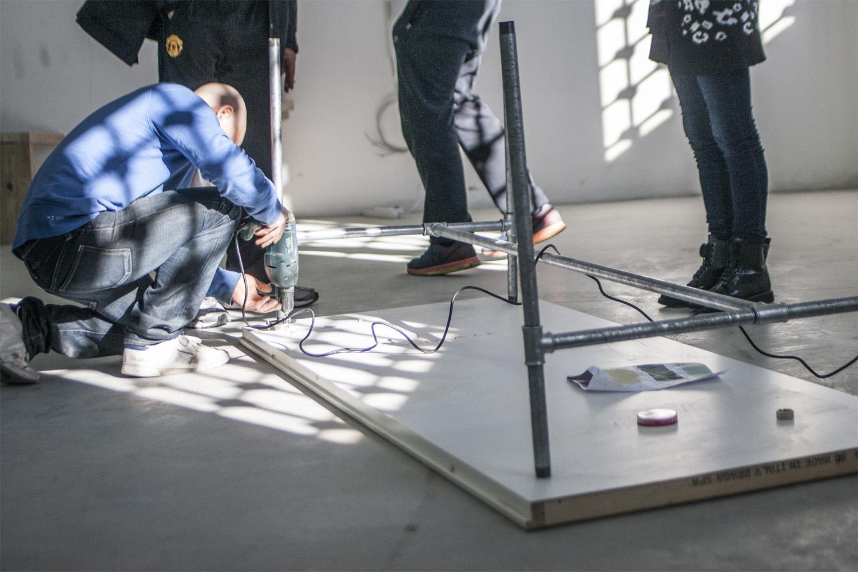 WIP _ laboratorio, montaggio tavolo da lavoro Photo: Stefano Mont Y Girbes, VIVIAMOLAq