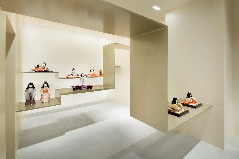 Thanks to the upper spot lights, steel shelves cast interesting shadows onto the floor. Takumi Ota photography