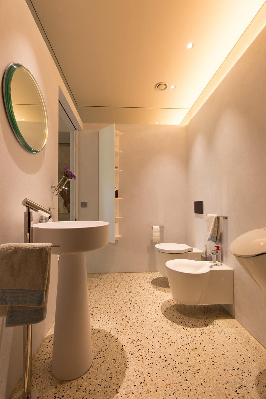 "veduta interna - bagni pavimento di terrazzo e pareti in ""tadelakt"""