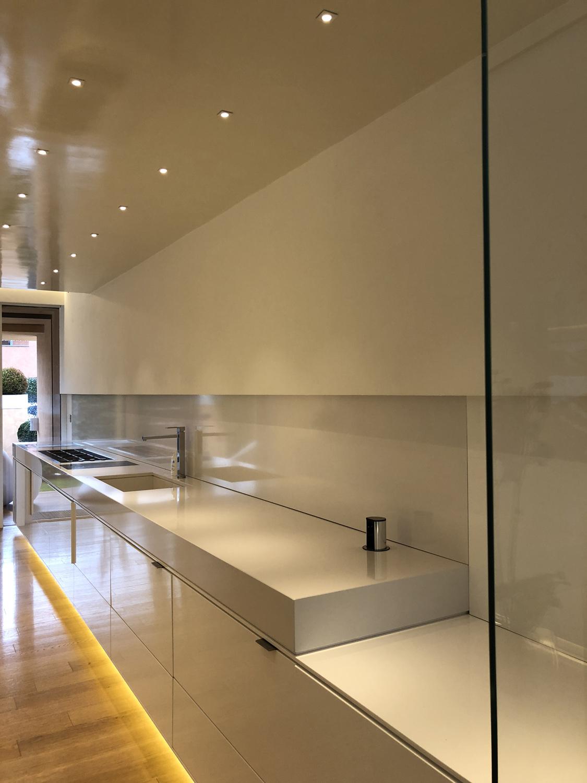Vista cucina da sala pranzo. Iraci architetti