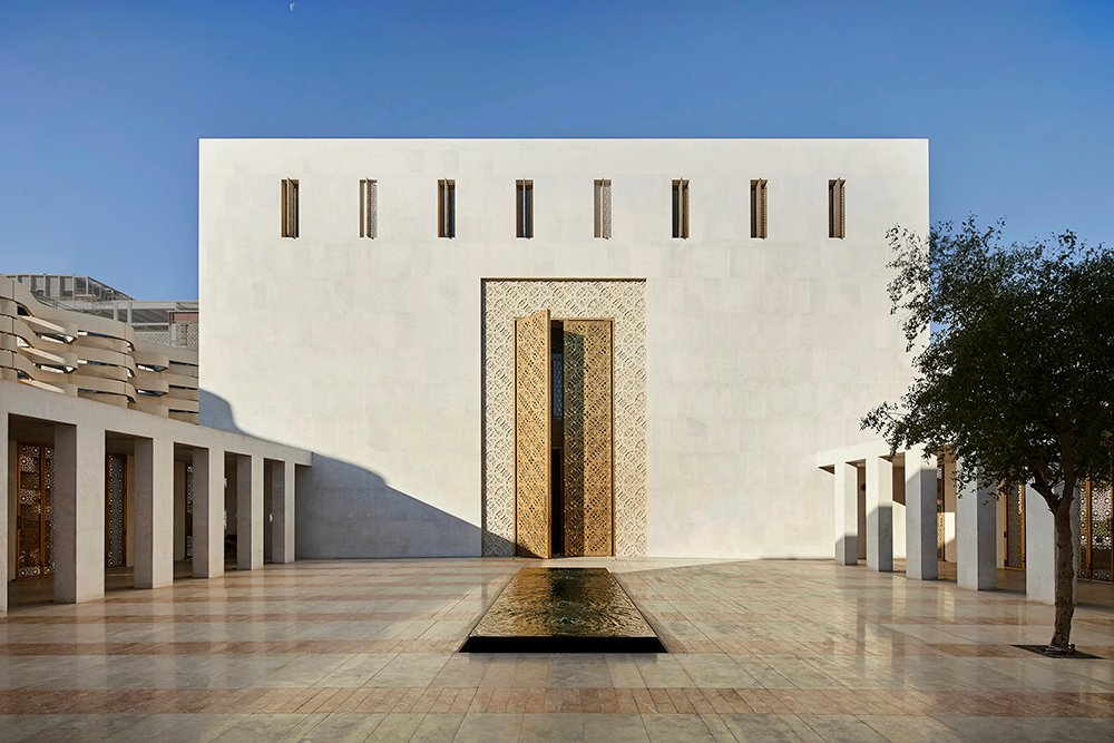 Main entrance to prayer hall from courtyard_©Hufton+Crow