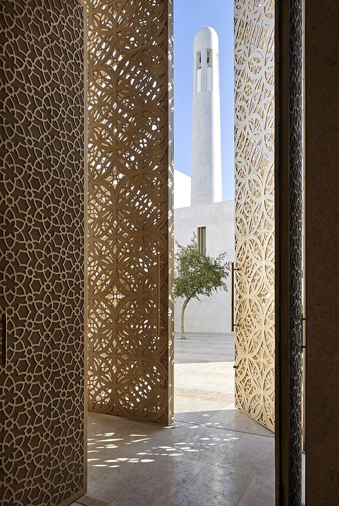 PR_View towards the minaret from main prayer hall entrance_©Hufton+Crow