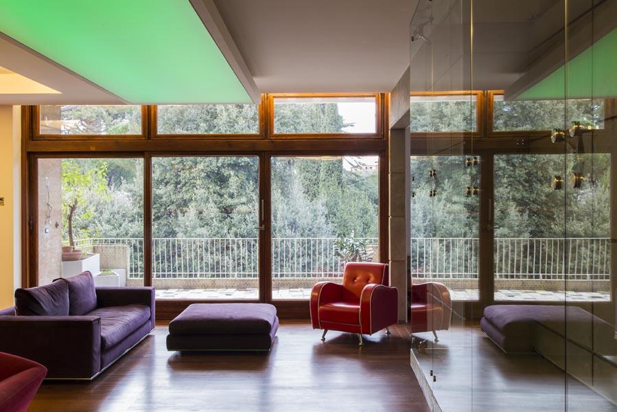 Salone, passerella, illuminazione a soffitto variazione di colore verde