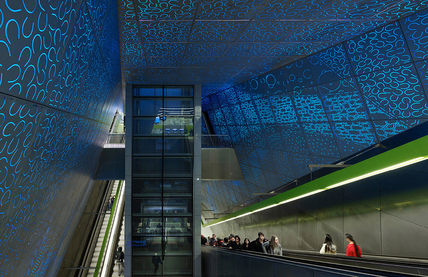 At the heart of the station experience, the escalators and glass elevator pass through a 55-foot high central chamber, one of the highest interior volumes in the Seattle. Through a close collaboration, the architecture seamlessly merges with Leo Saul Berk Kevin Scott