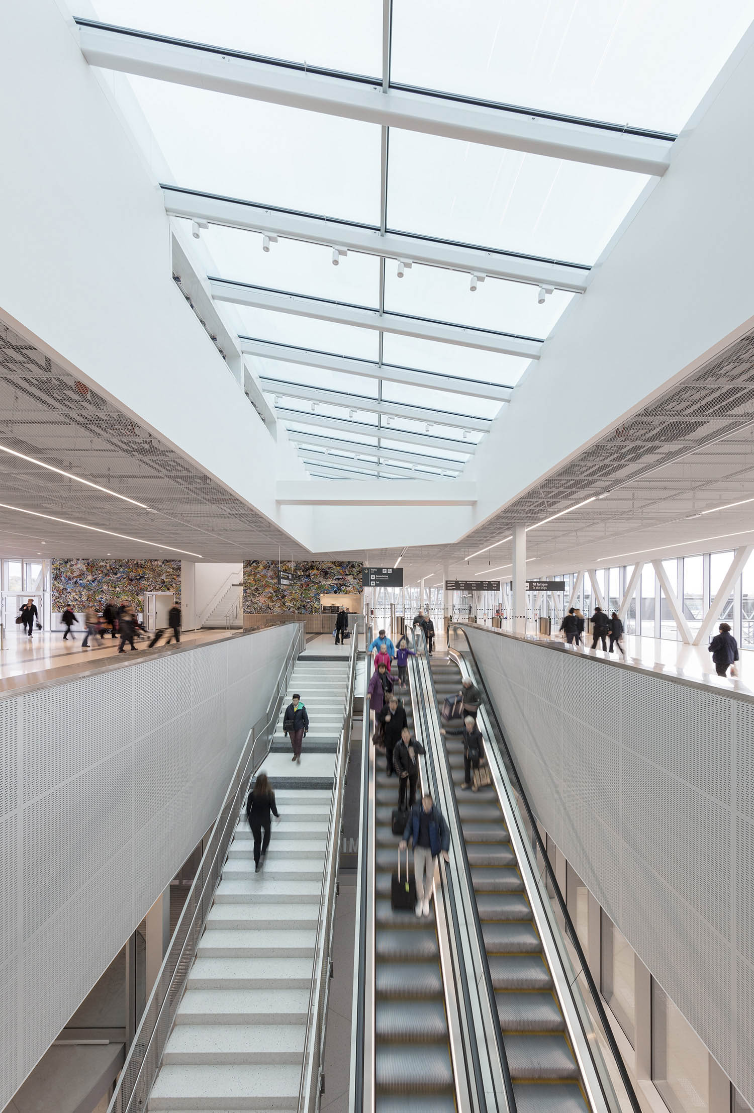 The skylight emphasizing the vertical connection between ground floor and departure hall.