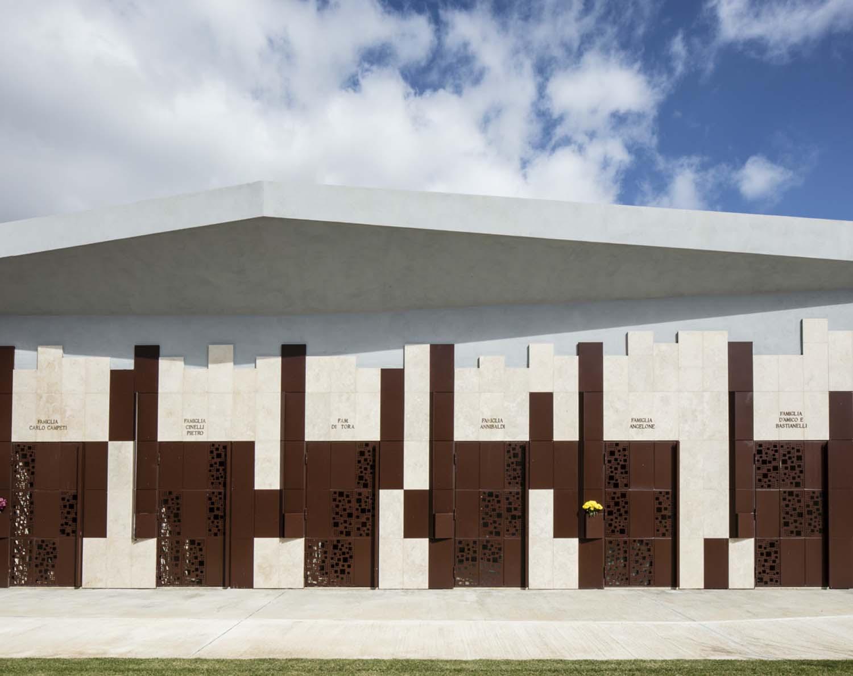 Dettaglio cappelle: porte in lamiera di corten forato Tstudio