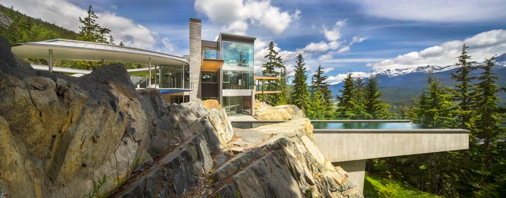 The building evolved into an inevitable form on this site inspired by the owners' desire for a seamless connection to the natural world. The construction is detailed to assimilate the outcroppings and crev