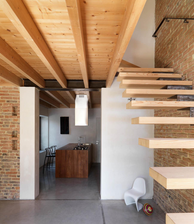 La zona cucina dalla scala Adriano Pecchio