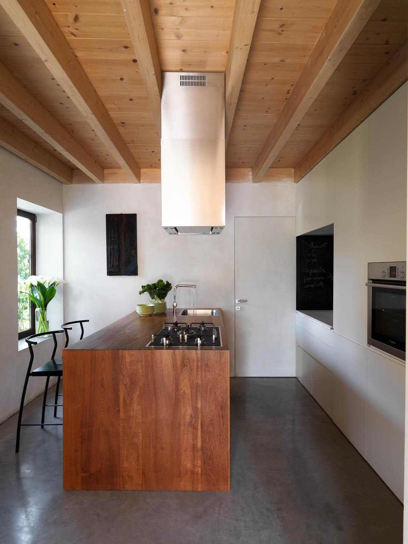 La zona cucina con il bancone in multistrato e la parete attrezzata Adriano Pecchio