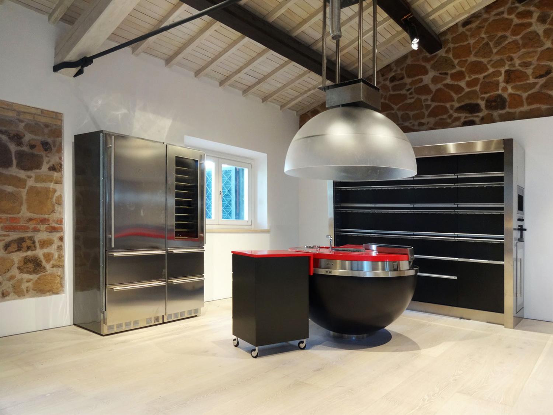 I 3 elementi della cucina: il piano operativo centrale il mobile a muro e il blocco frigorifero - cantina cafelab architetti