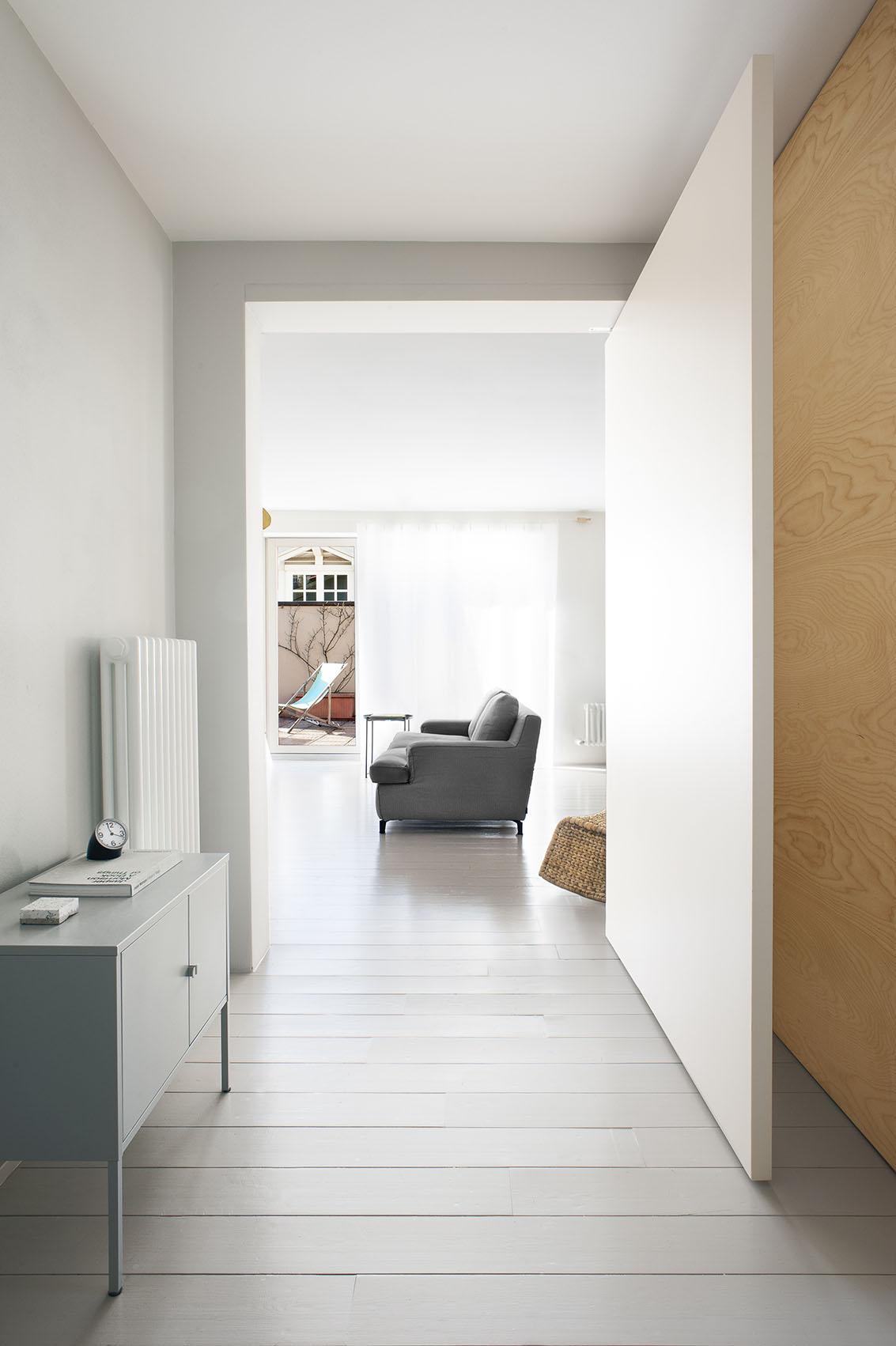 ingresso appartamento con porta a bilico officina magisafi - luca argenton