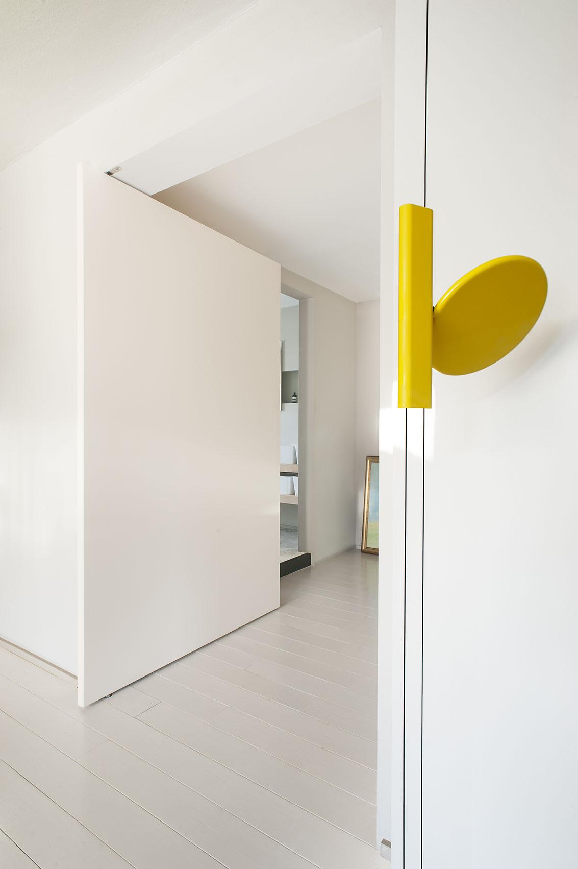 ingresso zona living con porta bilico officina magisafi - luca argenton