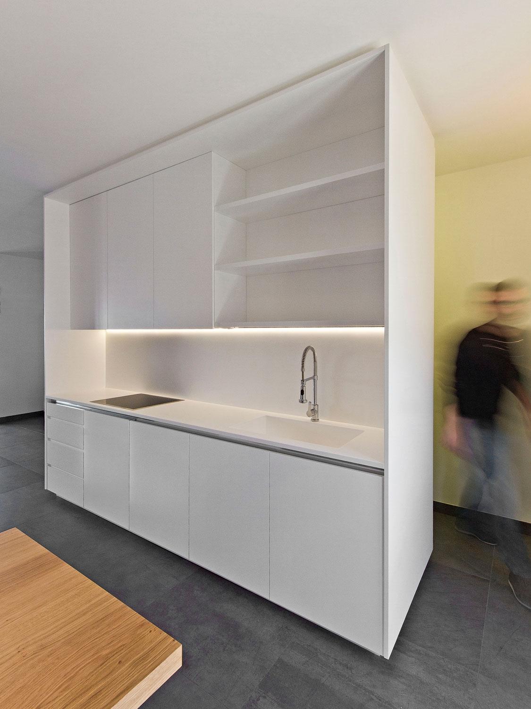 Isola cucina con retrostante storage Andrea Mazzei