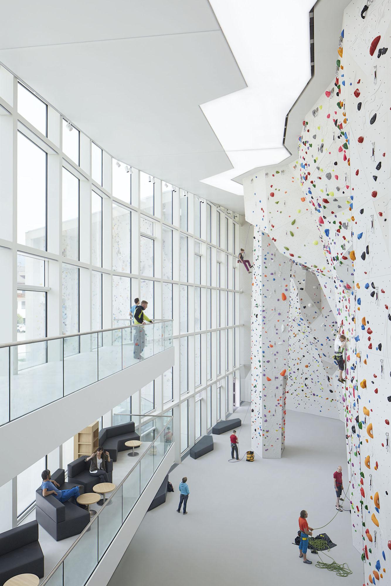 vista interna della palestra principale con gallerie per visitatori