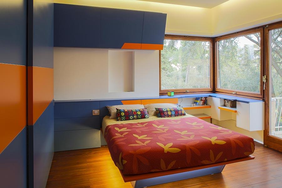 Camera bimbo; armadio ad ante scorrevoli realizzato artigianalmente e letto con illuminazione led anch'esso di creato su misura.