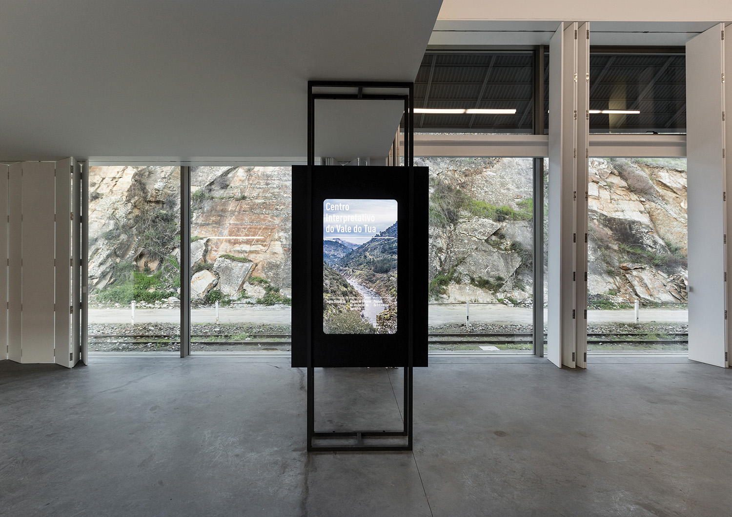 entrance hall with interactive totem overlooking the escarpment Luís Ferreira Alves
