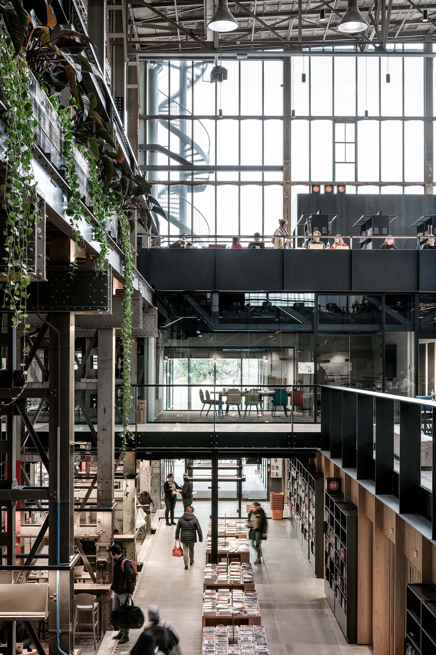 Details in wood and green in the interior contrast with the roughness of the building. Stijn Bollaert