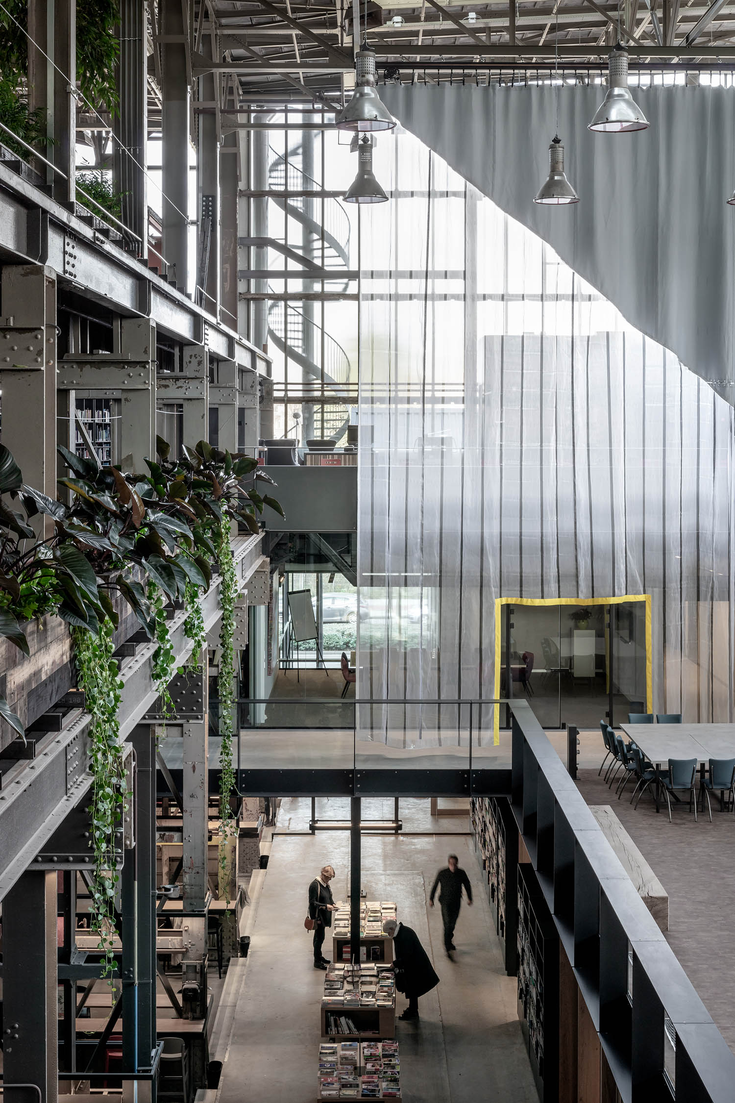 The huge movable curtains allow the spaces to have different configurations and to be flexible. Stijn Bollaert