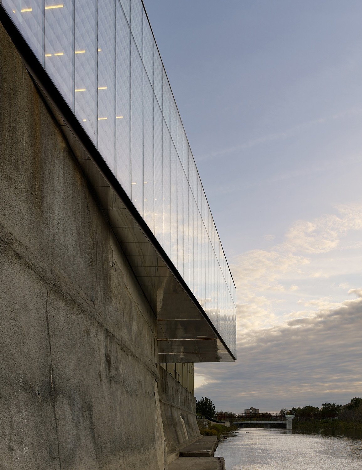 The soffit of the pavilion cantilever is clad with aluminum panels, polished with a mirror-like finish, in anticipation of a future river walk directly below the building. Tom Arban