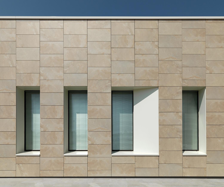 Detail of the ventilated stoneware facade Andrea Martiradonna