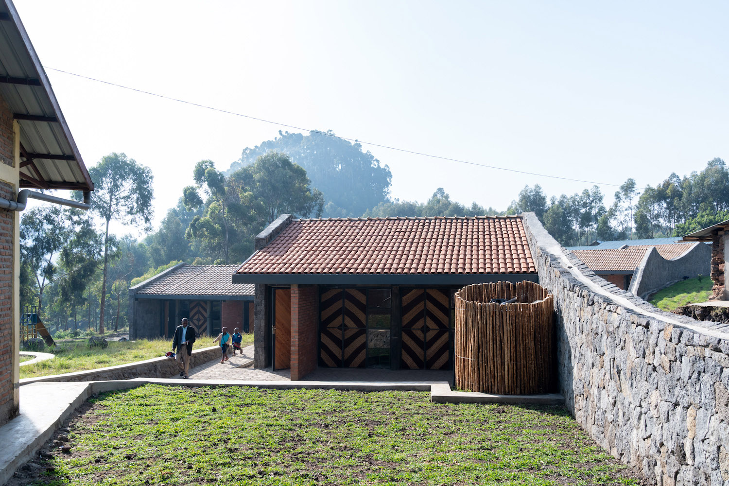 The stone walls pay homage to the existing vernaculars of Rwandan stoneworking. Iwan Baan (Limited Copyright)