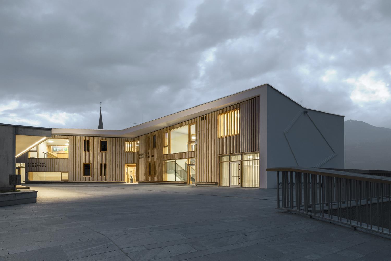 Elementary School courtyard at dusk Oliver Jaist