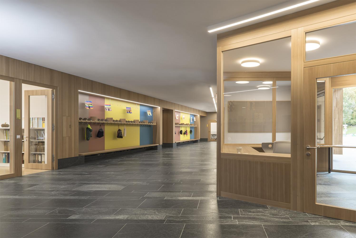 Elementary School - warm interiors Oliver Jaist