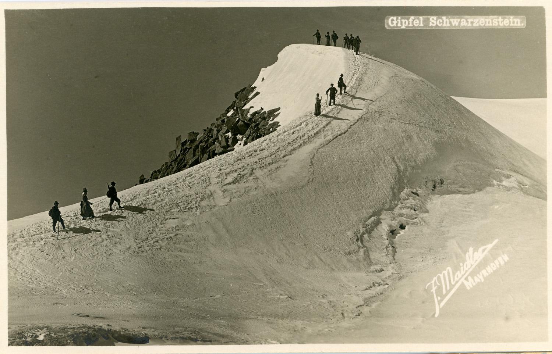 1900 – gruppo di escursionisti sulla cresta del Sasso Nero archivio - Associazione alpina}