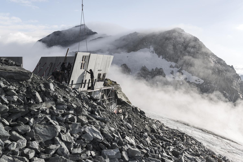 I due piani a contatto con la roccia sono stati realizzati come elementi prefabbricati in calcestruzzo Oliver Jaist, Bressanone