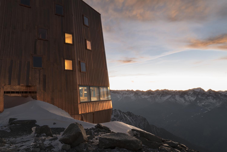 """Il vero """"lusso"""" del rifugio è comunque la sua posizione unica dove lo sguardo può spaziare sull'ambiente montano circostante Oliver Jaist, Bressanone"""